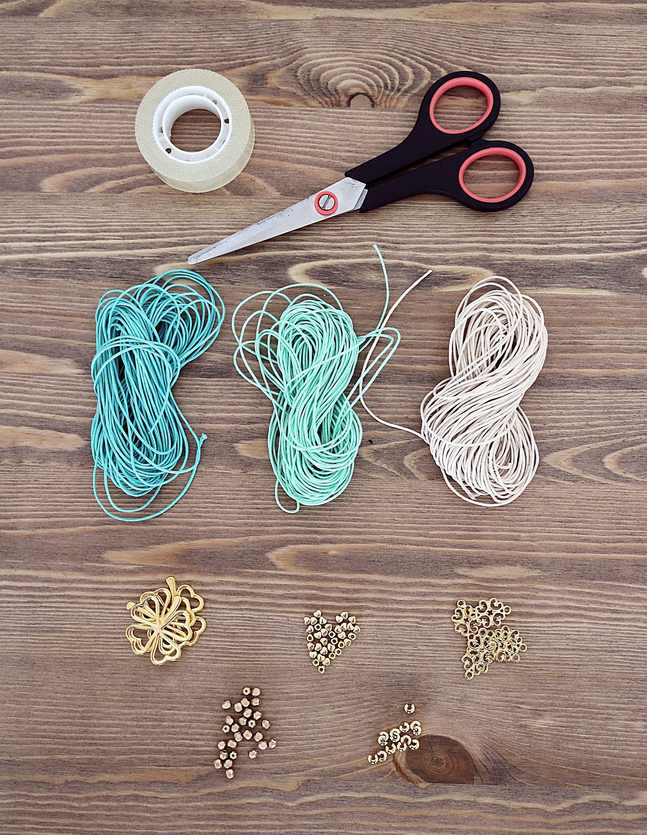 Wir zeigen Euch in einfachen Schritten, wie Ihr Makramee DIY Armbänder selbst m…