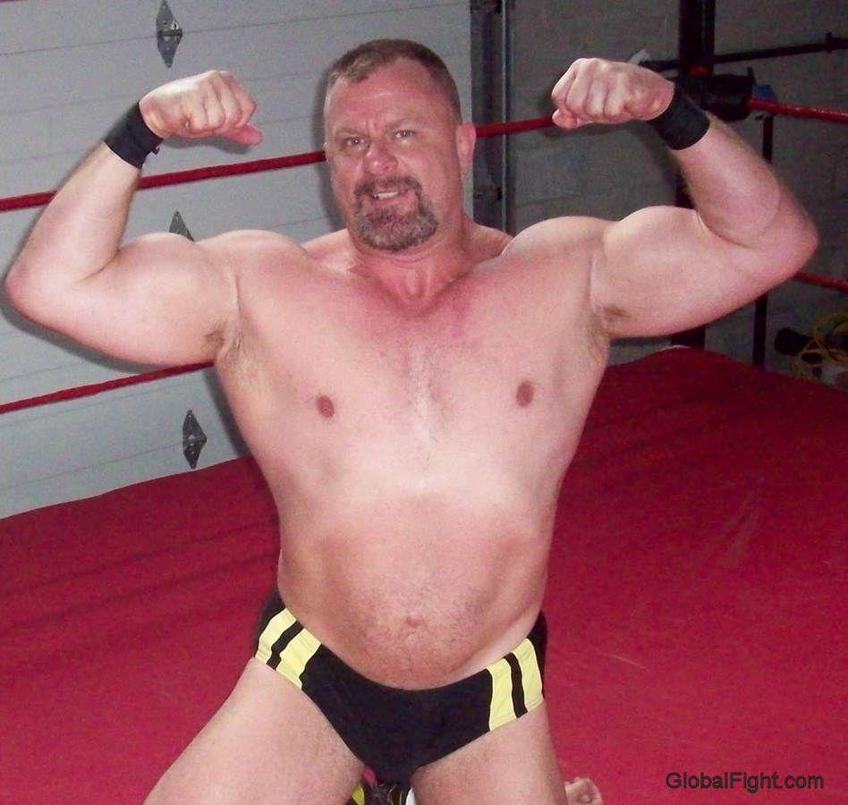 Men com wrestling