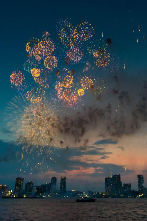 fuckyeahjapanandkorea:   2015 Yokohama Fireworks von Shinichiro Saka 横浜港 船上撮影 2015:08:04 19:14:36