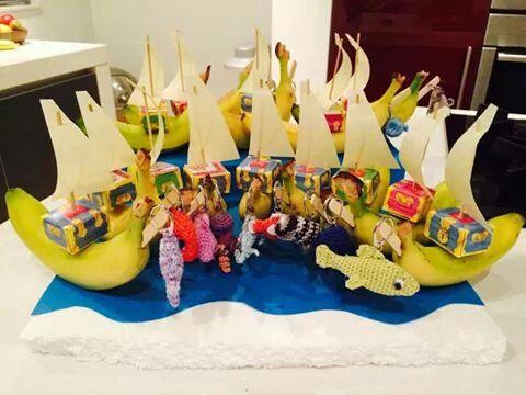 Een bananenboot met schatkistjes