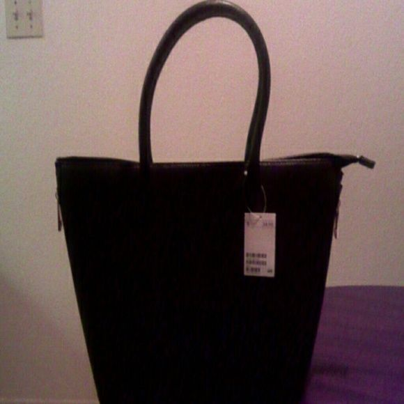 H M handbag NWT Big bag 12 1 2 x 12 1 2 in. Never used. Has gold zipper on  top and both sides for expansion. Black lining with pockets. dabd8aabac