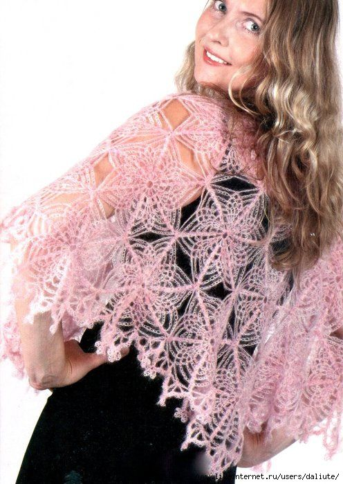 Beautiful crocheted poncho made with mohair whose characteristics be soft and warm. The paint used is used in star-shaped tiles.