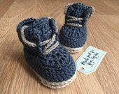 Crochet bebé niño Chase botines, Idea de regalo para Baby Shower, género y embarazo anuncio revelan a abuelos, familiares y amigos
