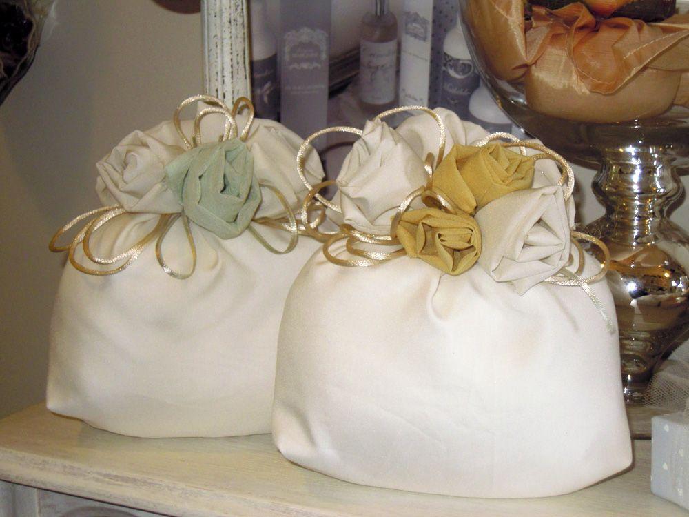 Saccotto seta con rose fatte a mano.  Dimensione: 20x18 cm.  Completa di n.5 confetti incartati e avvolti nel tulle.