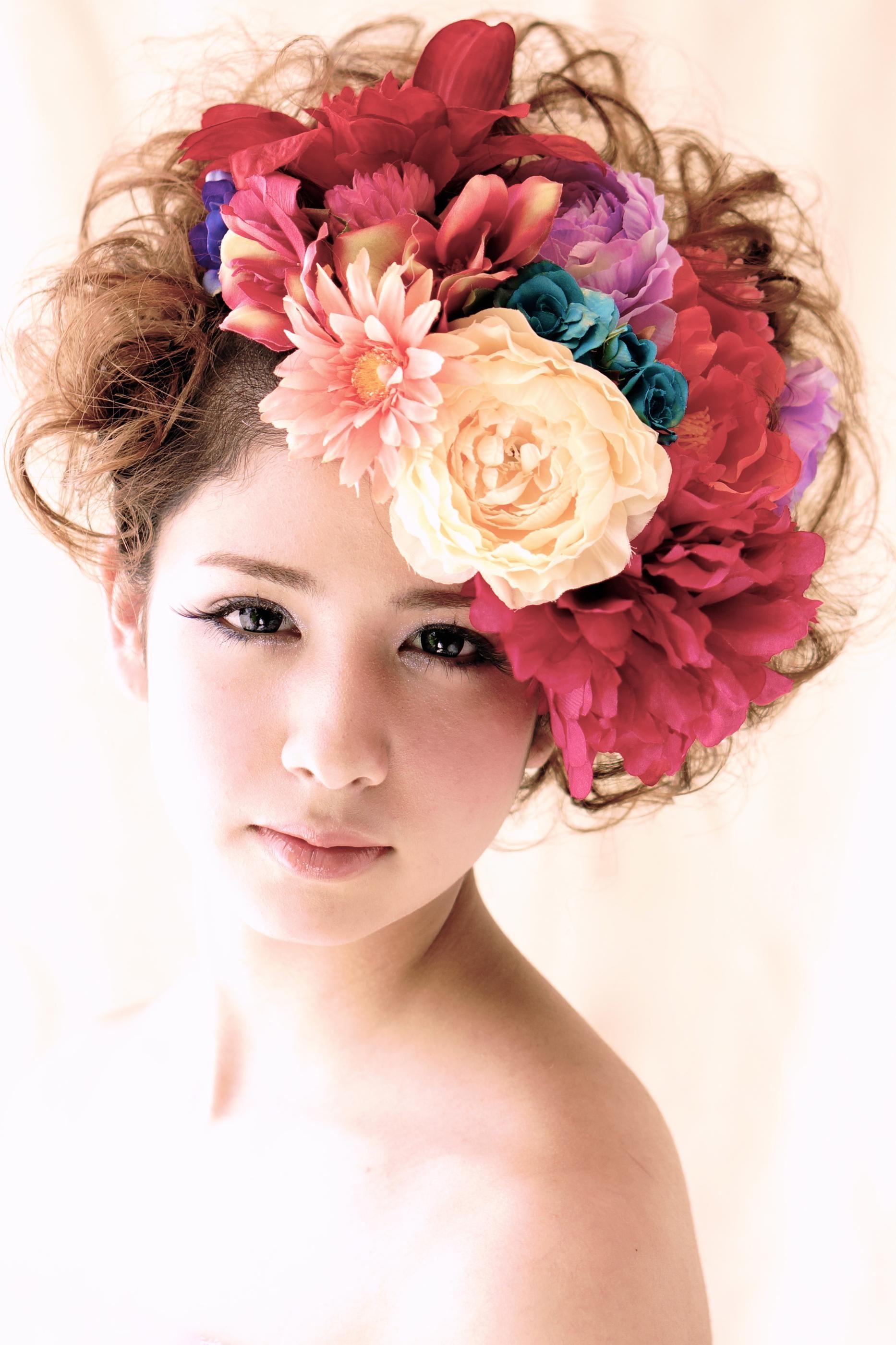 結婚式どうしよう 丸顔の花嫁におすすめの髪型はこれ 髪に花