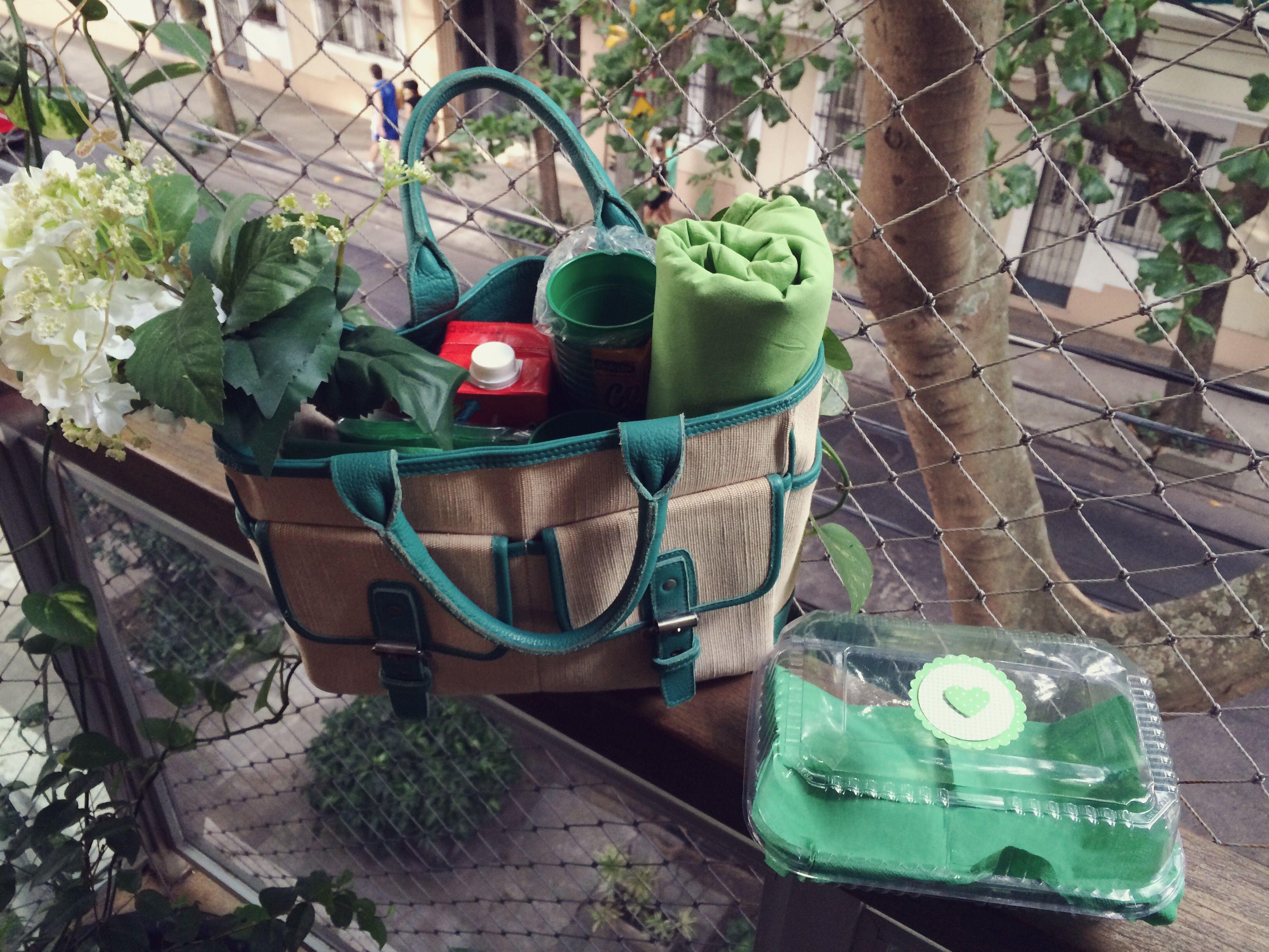 Amanhã é dia de piquenique. Como eu não tenho uma cesta  (meu aniversário tá chegando, se liga! ) rs , improvisei com uma bolsa antiga da Maria Bonita. Nela, vai dar pra carregar a bebida, a toalha , os copos e os pratos.