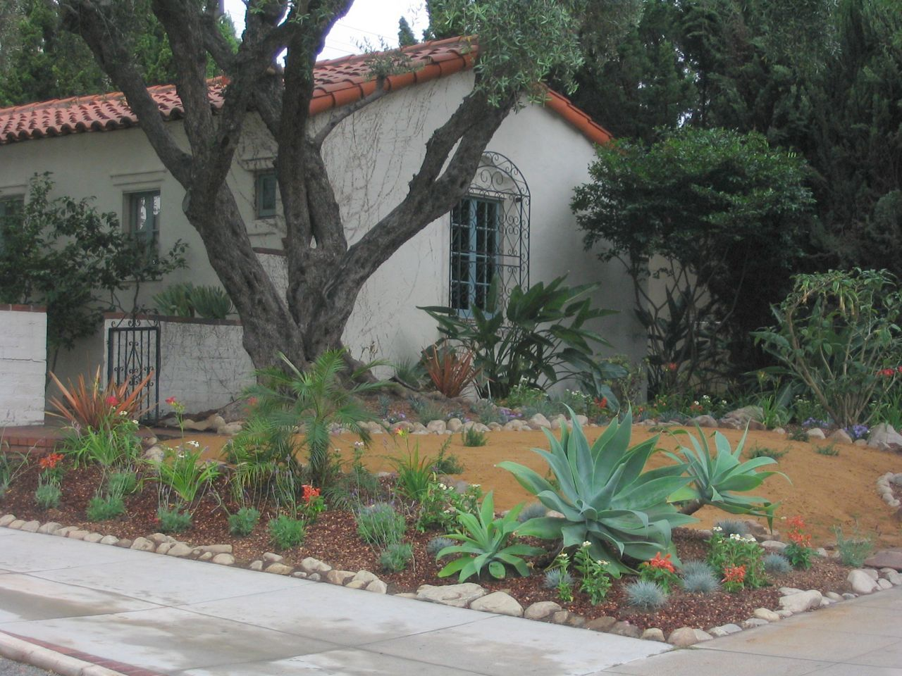 No Grass Front Yard Landscaping | Photo Front Yard No Lawn ...
