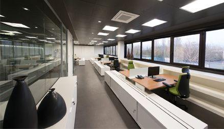 Stijlvolle projectinrichting. Elk bureau is voorzien van voldoende opbergruimte.