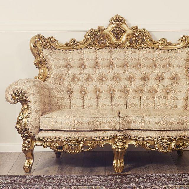 Tonalità calde e dettagli preziosi per realizzare un mobile dal #decoro #artigianale perfetto! Questo prodotto veste d' #eleganza il tuo soggiorno. #simoneguarracino ❤⠀ #styletips #luxury #sconti #fashion  #furniture #furnituredesign #glamour #designer #design #interior #interiordesign #chair #sofa