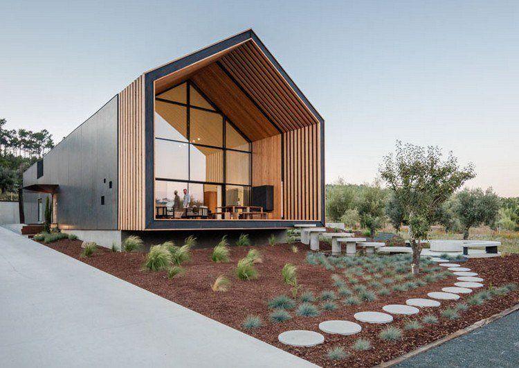 Fenêtre sur mesure qui suit le toit d\'une maison d\'architecte au ...