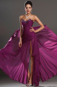 Fialové společenské šaty se zdobeným živůtkem elegantní plesové šaty bez  ramínek výrazně zdobený výstřih živůtku šikmé e0bcd09ada