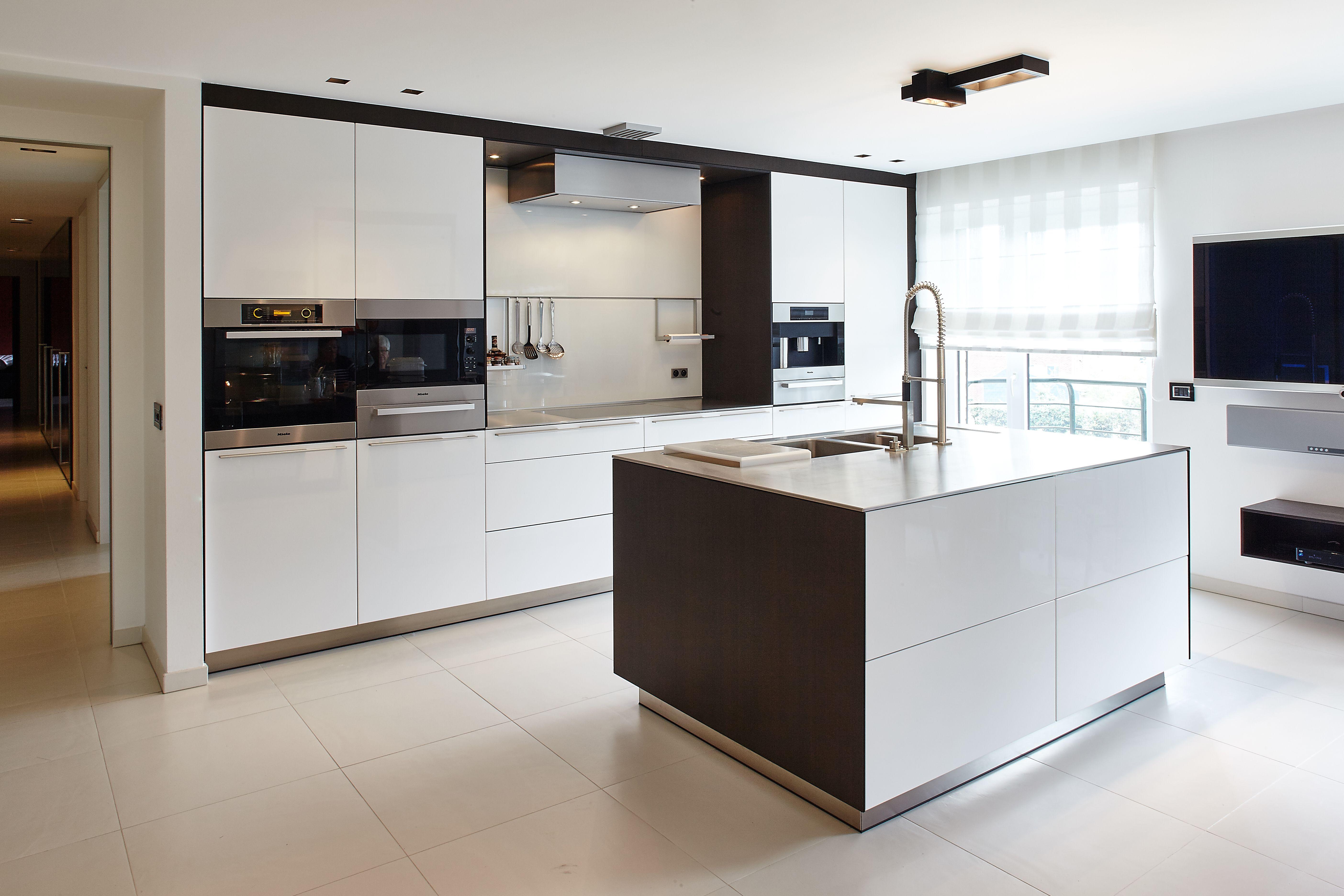 Keuken Rvs Wandpanelen : Bulthaup b3 hoogglanslak wit fineer eik zwartbruin werkblad rvs