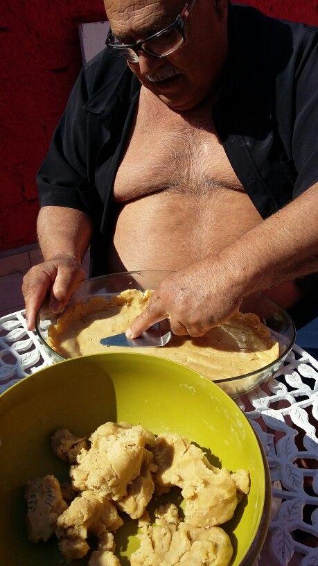 Meu amigo  Luiz, preparando um empadão.