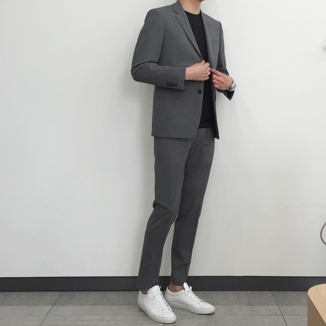 Simple, elegante, esencial,  Grey suit men, Stylish mens outfits