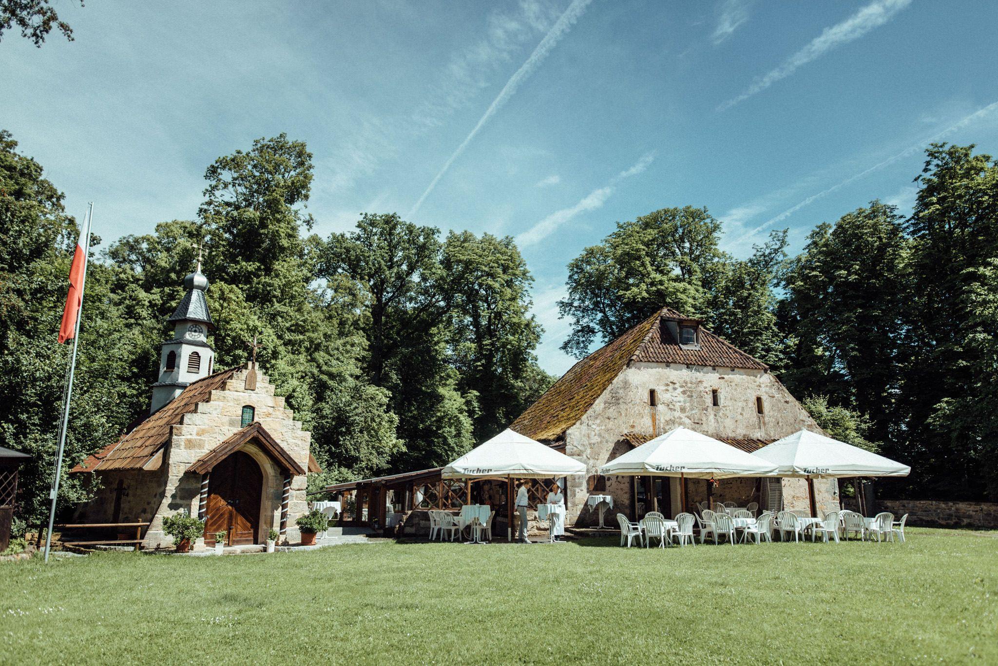 Heiraten Im Grunen Romantische Sommerhochzeit In Der Natur Heiraten Im Zauberhaften Schloss Geiersberg Hochzeitslocation Hochzeitsfotograf Hochzeitsfotos