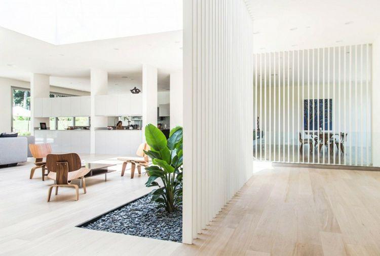 holzlamellen-sichtschutz-raumteiler-idee-dachfenster-beet-innen-kies ...