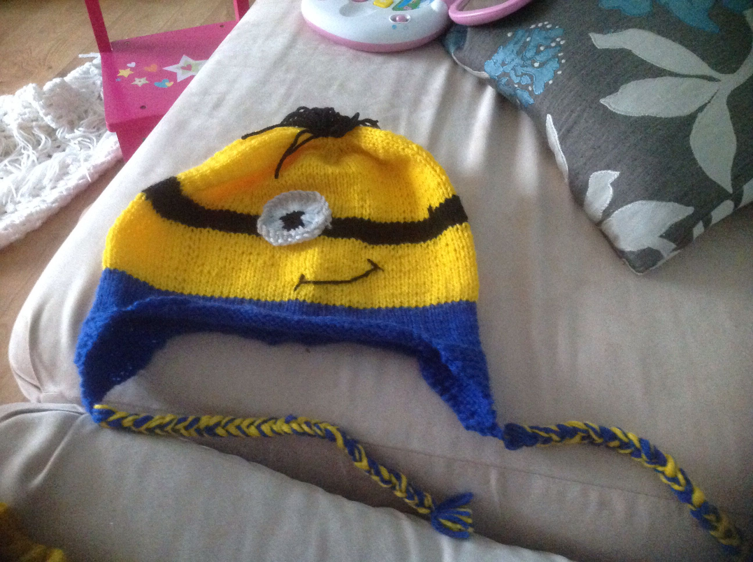 Adult minion hat on straight needles | Sara knits | Pinterest ...