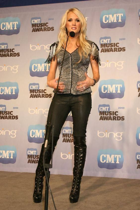 She Looks Really Yummy In Skin Tight Leather Pants Slurp Carrie Underwood Style Carrie Underwood Photos Carrie Underwood