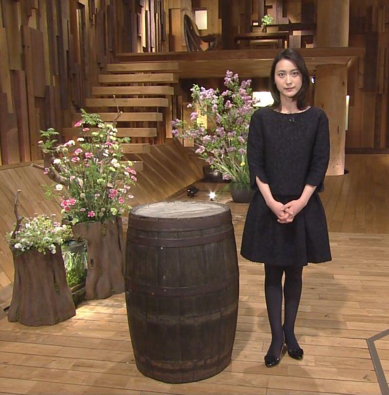黒いワンピースに黒いストッキングの小川彩佳のセクシーな画像