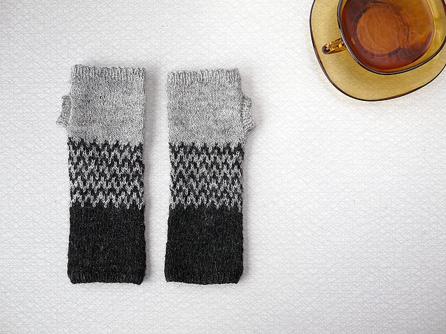 Ravelry: Project Gallery for Colorblock Handwarmers pattern by Purl ...
