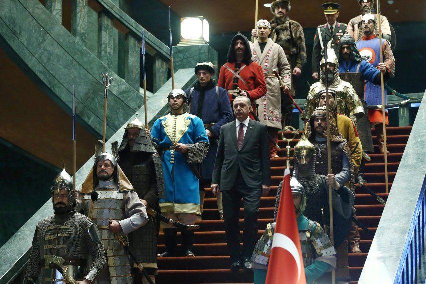 Der Anlass für den jüngsten Spott: Präsident Erdogan zeigte sich auf der Treppe seines neuen Palastes von Schauspielern in historischen Verkleidungen umrahmt.