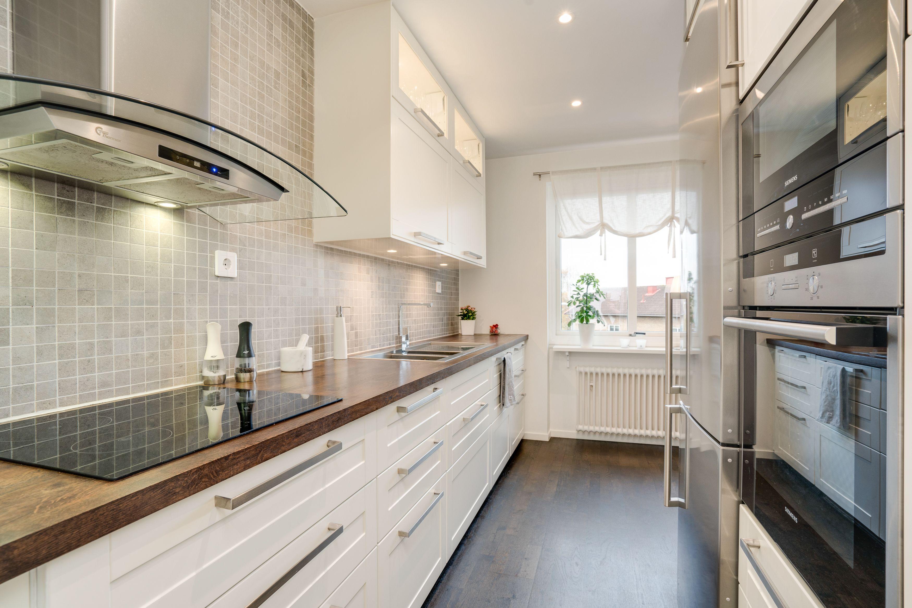 Utsökt renoverat kök i vitt, grått, rostfritt och med ett underbart mörkbrunt golv med matchande bänkskivor. Genomtänkt!