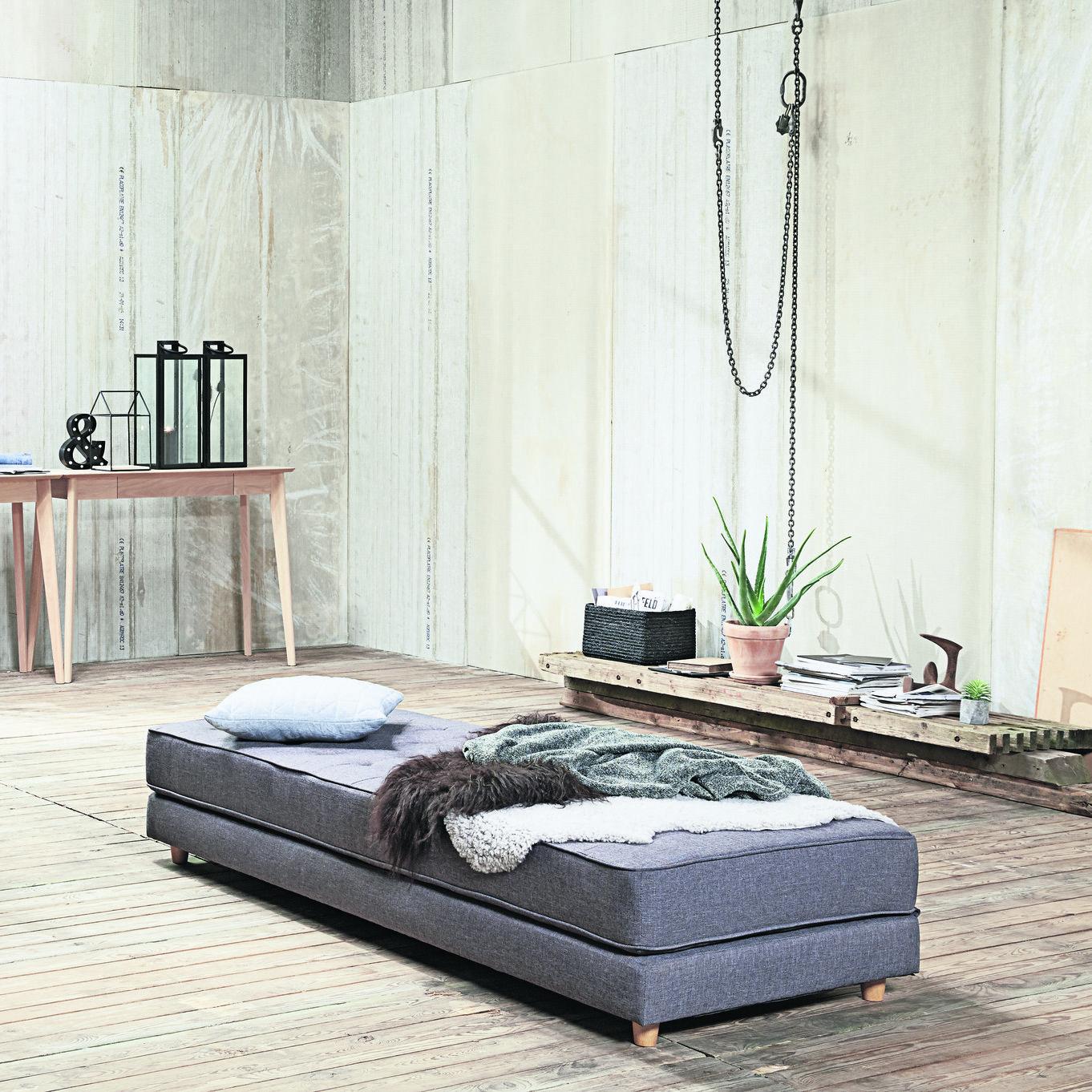 Patul de zi VARBJERG, Ideal pentru garsoniere, camere de adolescenți sau camere de oaspeți, poate îndeplini trei roluri, în funcție de necesități: pat single, pat dublu sau canapea.