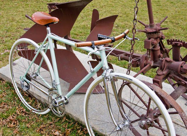 Amazing De Franceschi custom. Classy flat barred road bike that ISN'T a fixie. Also getting one of those aluminum/wooden handlebars