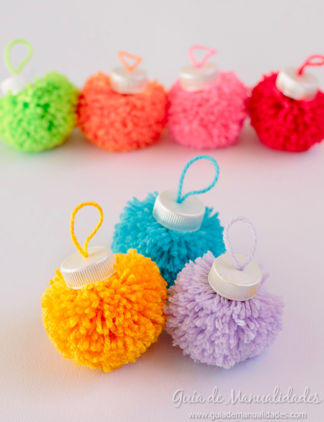 Bolas navideñas con pompones de colores #manualidadesnavideñas