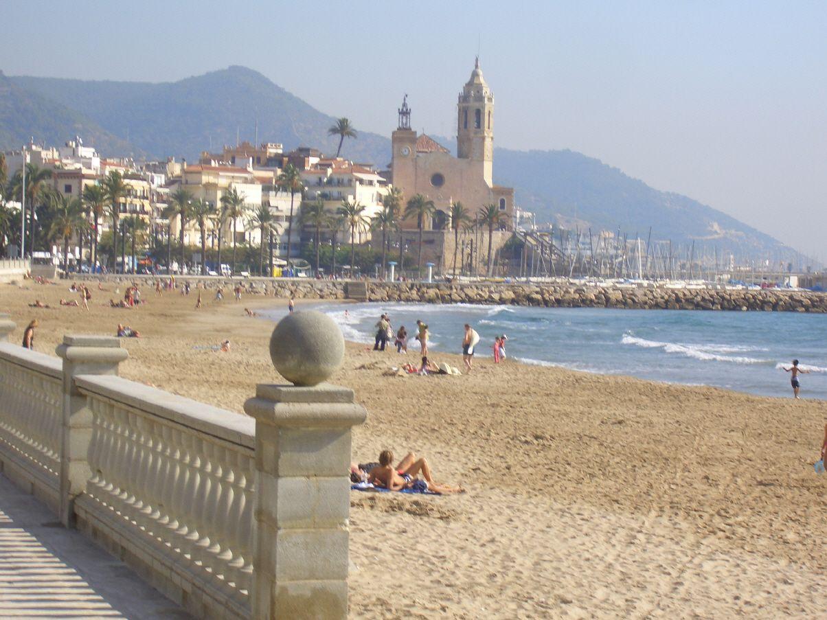 Sitges sitges perfekter strandurlaub direkt bei barcelona visca barca barcelona sitges - Sitges tourist information office ...