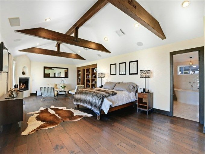 I completely love this bedroom, the beams, height of the ceiling, materials used, yes please.