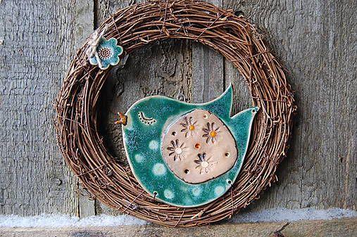 LeN_TaK / Vtáčik tyrkysáčik Vtáčik a kvietok vo venčeku je ručne modelovaná keramika, glazovaná a 2 x pálená, do venčeka pripevnená drôtikom a jutovým špagátom. Na zavesenie kdekoľvek ... Veľkosť: priemer venčeka: 24 cm 10evri