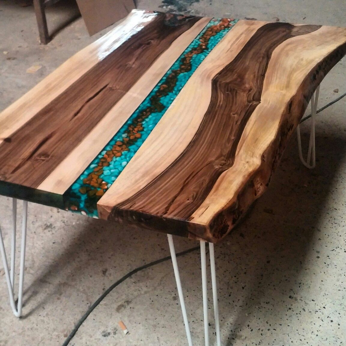 Walnut coffee table resin wood table pinterest r sine idee deco et id e - Resine epoxy bois ...