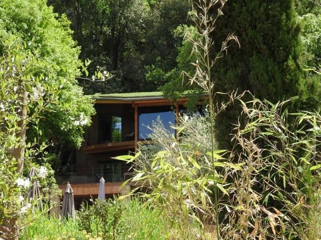 Une Maison D Exception Comme Perchee Dans Les Arbres Maison Maison Style Construction Neuve