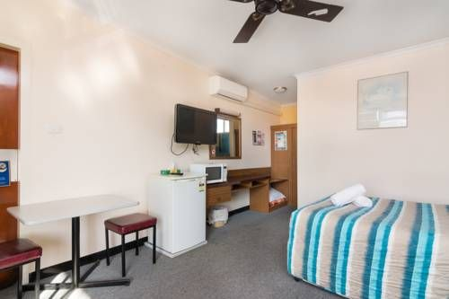 Wallaby Motel Queanbeyan Wallaby Motel is a is located a short 5-minute walk from Queanbeyan's central business district and a 15-minute drive from the Canberra Airport. It offers a barbecue area and free parking on site.