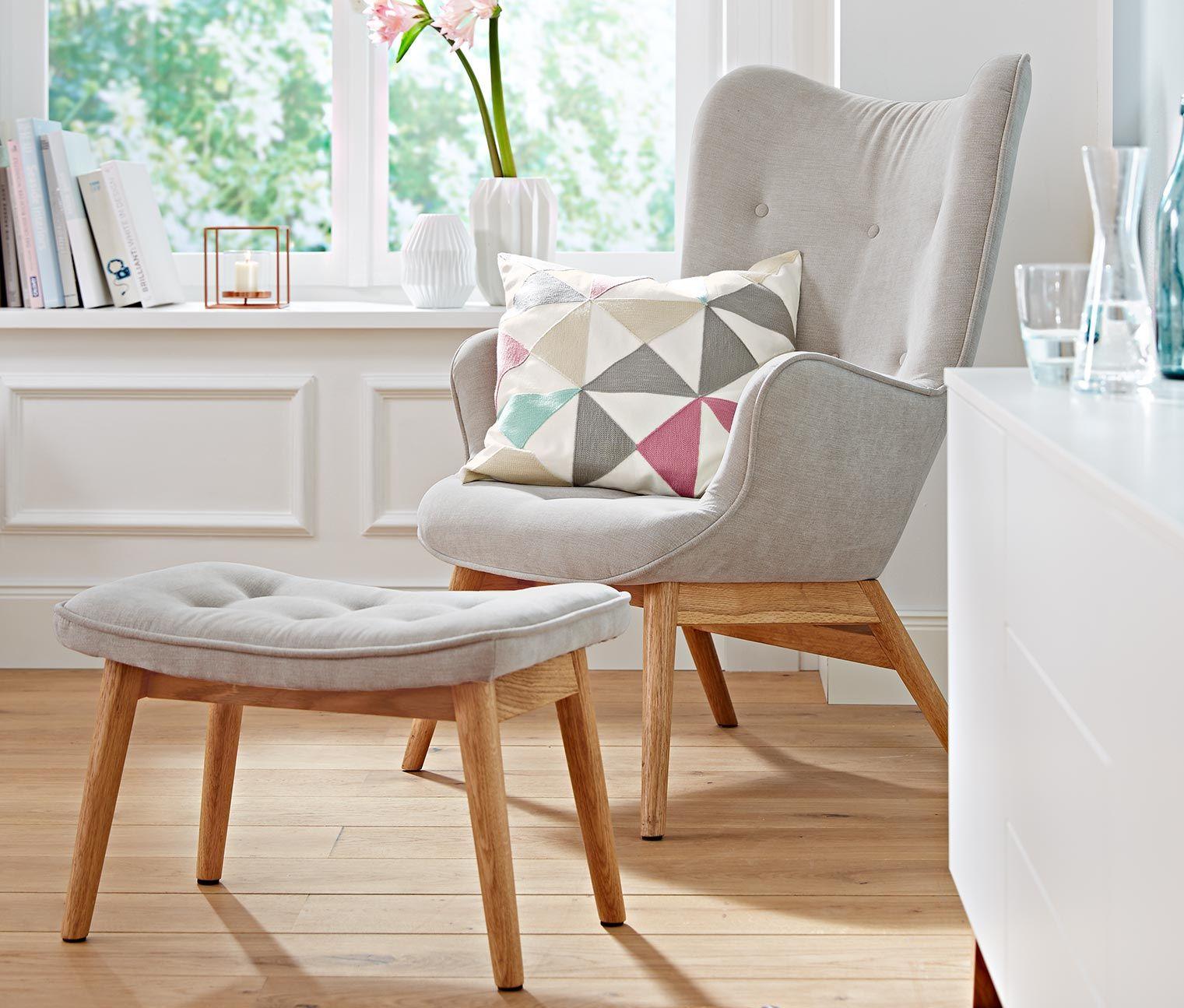 449,00 € Stilvoll & komfortabel  Dieser bequeme und gleichzeitig stilvolle Sessel hat ein Untergestell aus geölter Eiche und einen pflegeleichten Bezug. Zusammen mit dem passenden Fußhocker ist er perfekt zum Lesen und Entspannen.