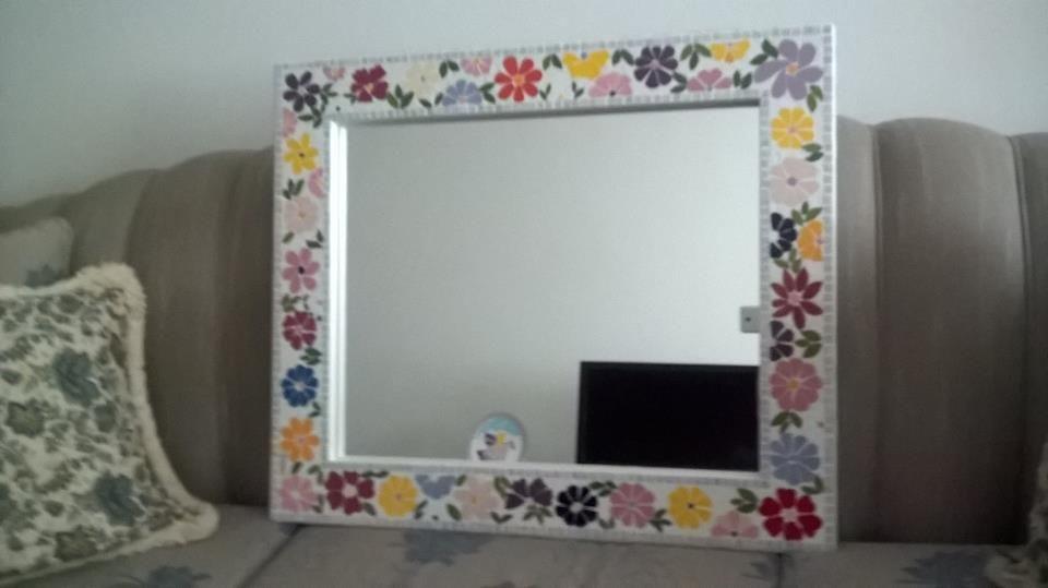 Moldura de espelho em mosaico floral feito em azulejos e pastilhas de vidro, by Sueli Cemin
