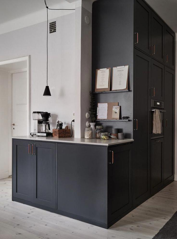 Dark kitchen with a beige countertop - COCO LAPINE DESIGNCOCO LAPINE DESIGN #minimalistkitchen #minimalistkitchen