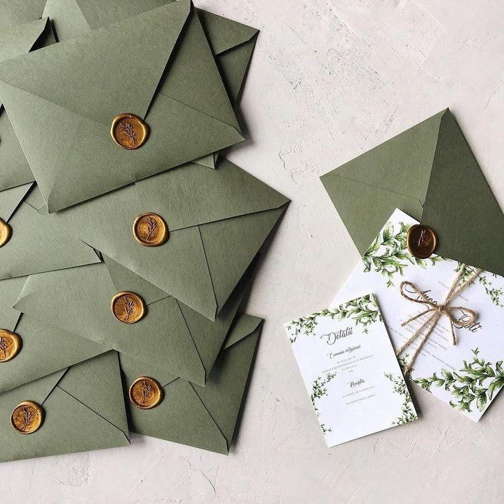 Grüne Hochzeitseinladung mit handgemachtem Umschlag und Wachssiegel / © PAPIRA invi #hochzeitsdeko