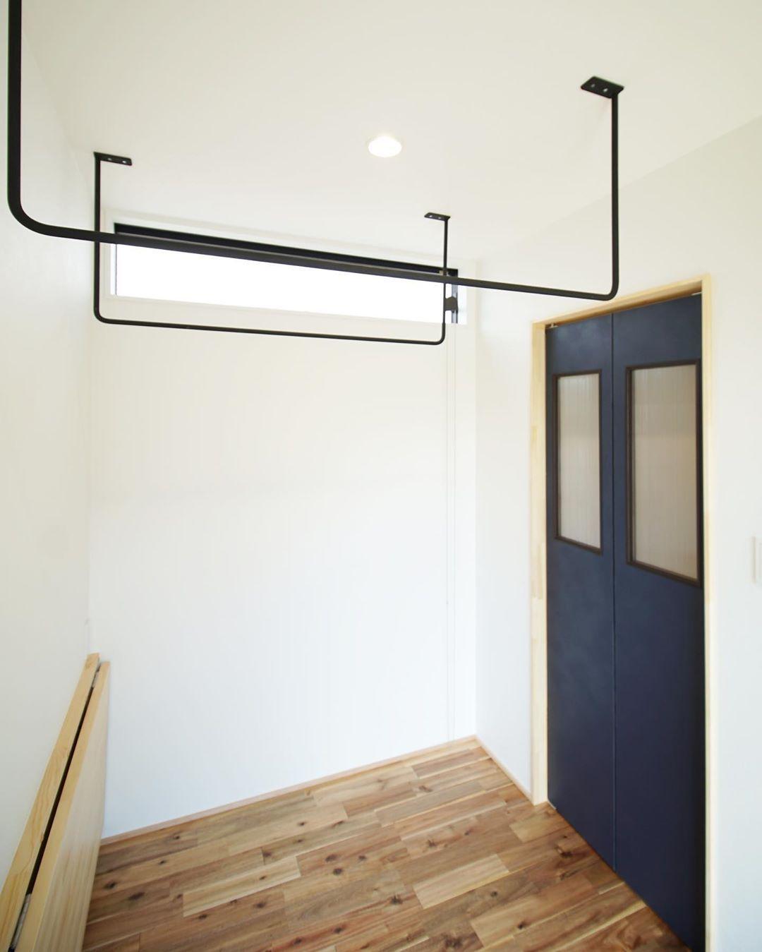 Minimaru Design On Instagram 折りたたみ式のカウンターを備えたサンルーム 造作建具の先はウォークインクローゼット