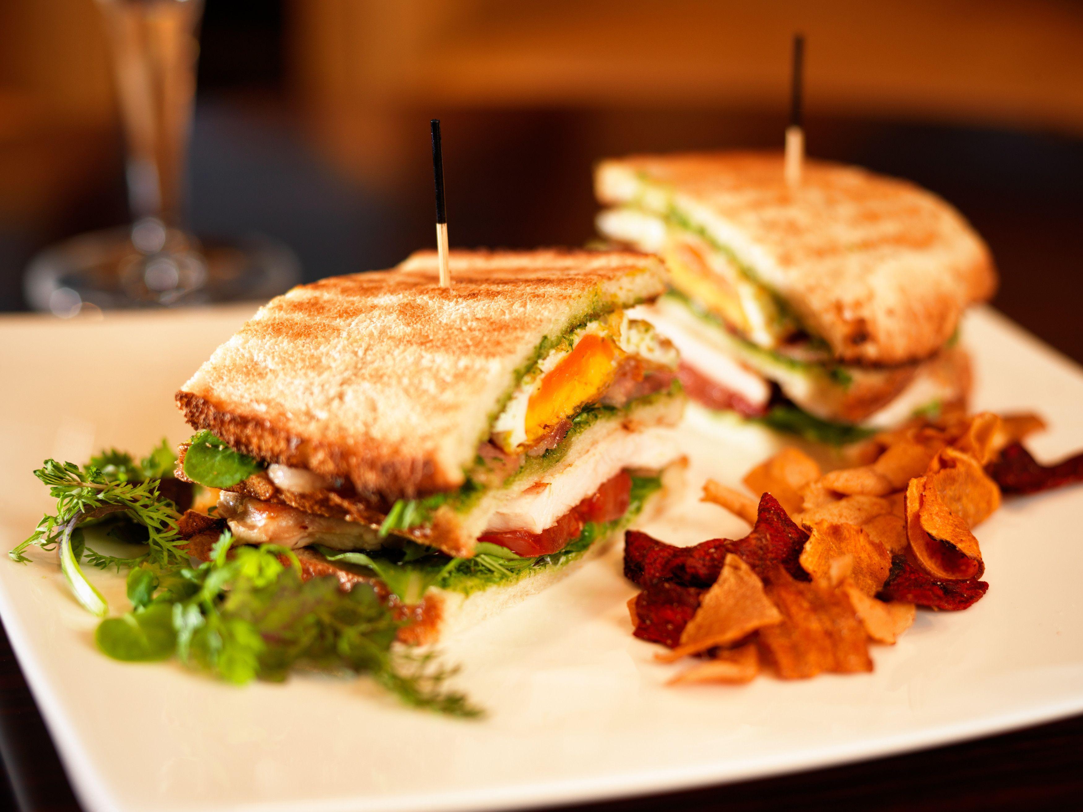 Jumeirah frankfurt hotel restaurants club sandwich for Bar marfil barcelona