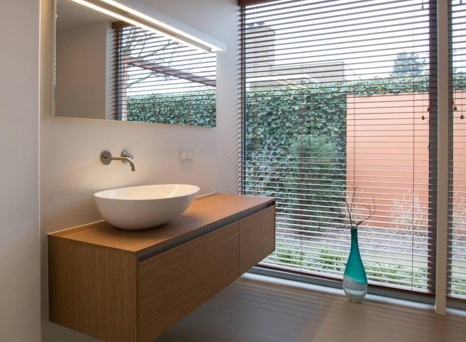 Baden in de tuin: moderne Badkamer door Architect2GO