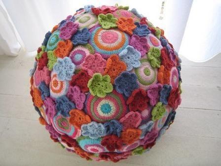 Visto aquí: http://www.fromtheheartemporium.co.za/crochet-candelier.html