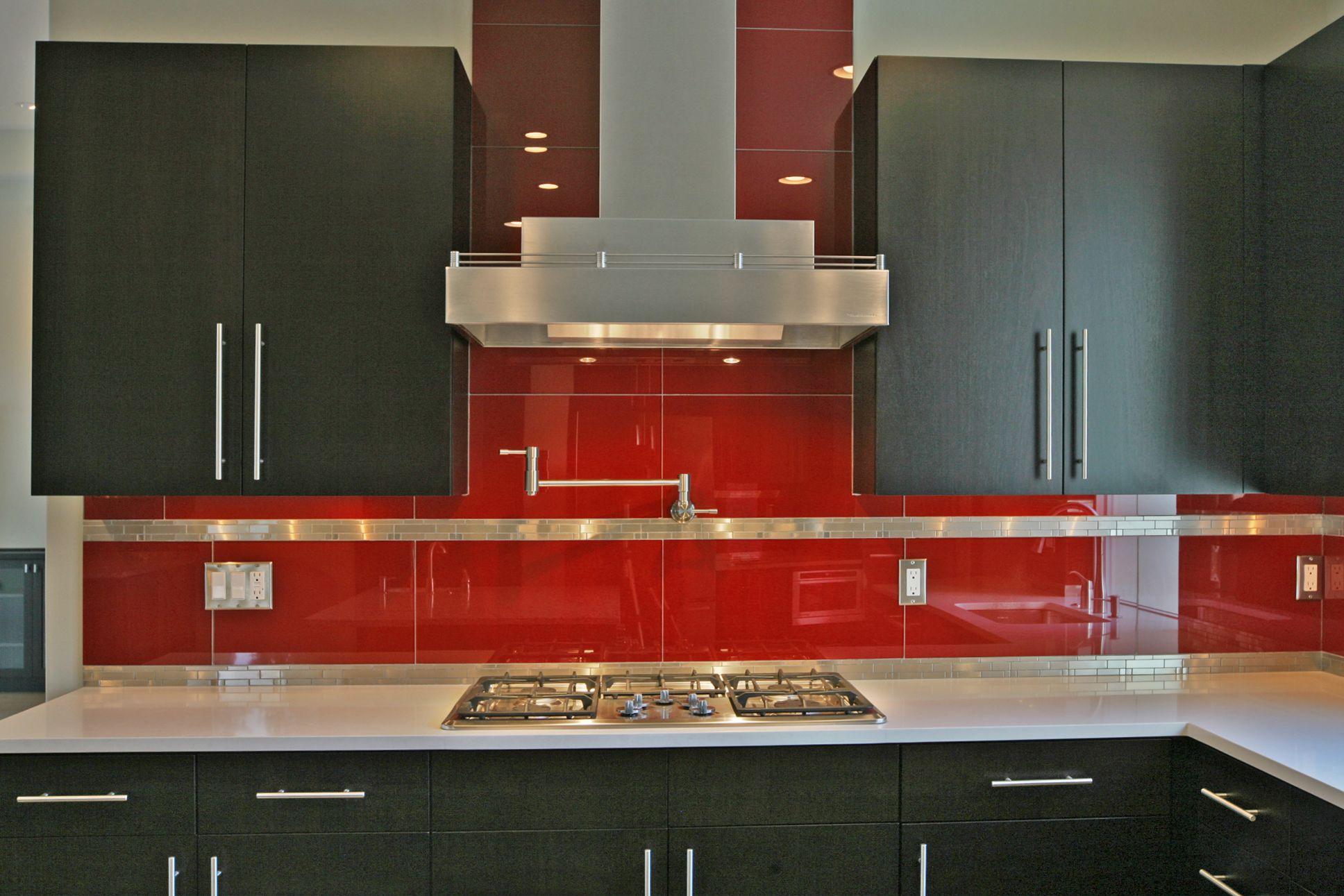 Makes Your Kitchen Looks Larger With Glass Tile Backsplash In 2020 Kitchen Backsplash Images Modern Kitchen Backsplash Beautiful Kitchens