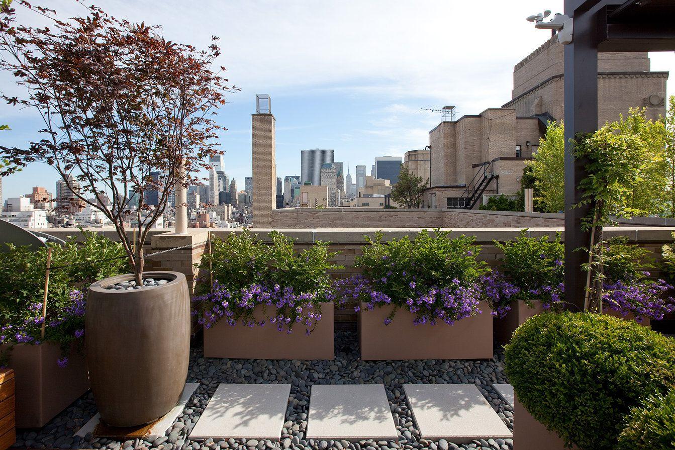 Dise o moderno para esta terraza se ha elegido tonos - Jardineras de colores ...