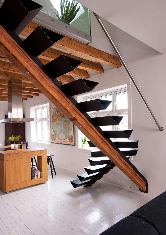 EGEN DESIGN: Arkitekt Aslak Krogness Haanshuus har selv designet trappen og fått den produsert hos metallverkstedet Sophus Bugges Eftf. i Oslo.