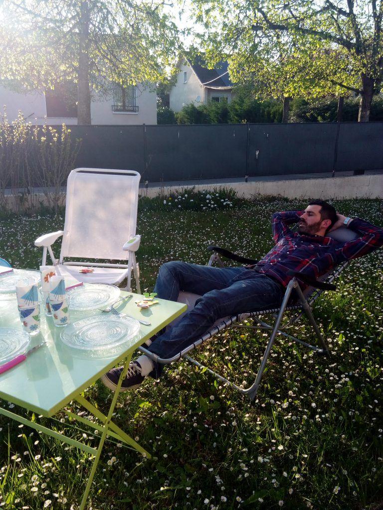 On Profite Du Soleil Chez Yeahyeahgirl Avec Le Mobilier De Jardin Babou Chaise Longue Blanche 15 E Balancelle De Jardin Grande Cour Arriere Mobilier Jardin