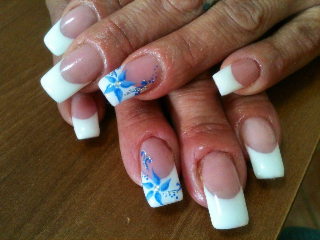 French bianco con fiore azzurro Nail Art Con Gel