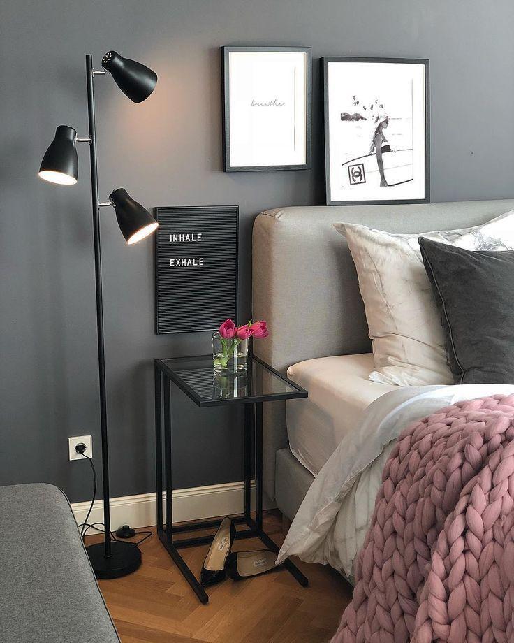 Black Wall! Mit der dunklen Wandist ein wohnliches Highlight im Schlafzimmer garantiert, wobei die hellen Kissen und das kuschelige Chunky Knit  für den perfekten Kontrast sorgen. Unser Highlight: Das angesagte Letterboard - ein persönliches Deko-Piece mit Botschaft! // Schlafzimmer Kissen Decken Bett Leuchte Lampe Bilder Deko Dekoration Nachttisch Ideen Wandfarbe Blumen Vase Schwarz#SchlafzimmerIdeen#Wandfarbe#GuteNacht #Blackwall#Deko@evaundich #schwarzewände Black Wall! Mit der d #pflanzenimschlafzimmer