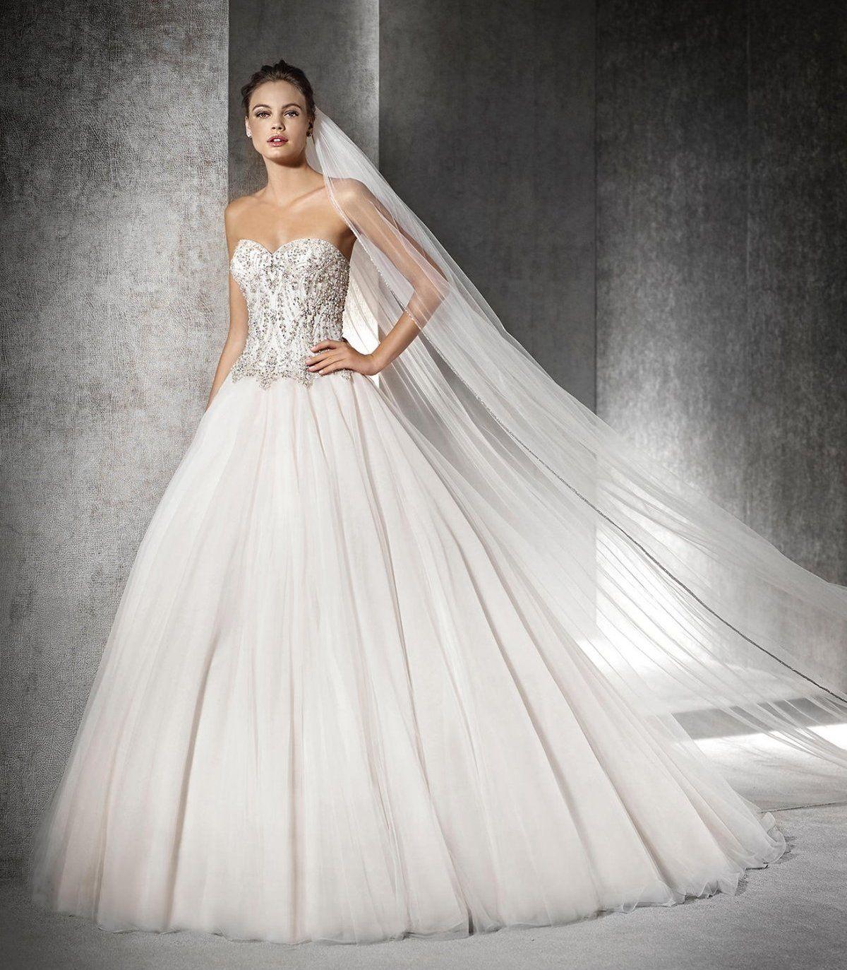 Свадебное платье пышной юбкой с стразами